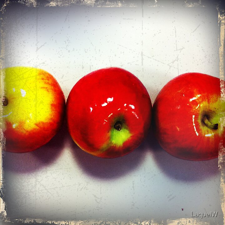 3 apples by LaquelW