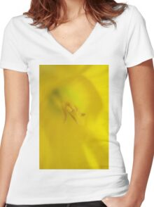Daffodil Macro Women's Fitted V-Neck T-Shirt