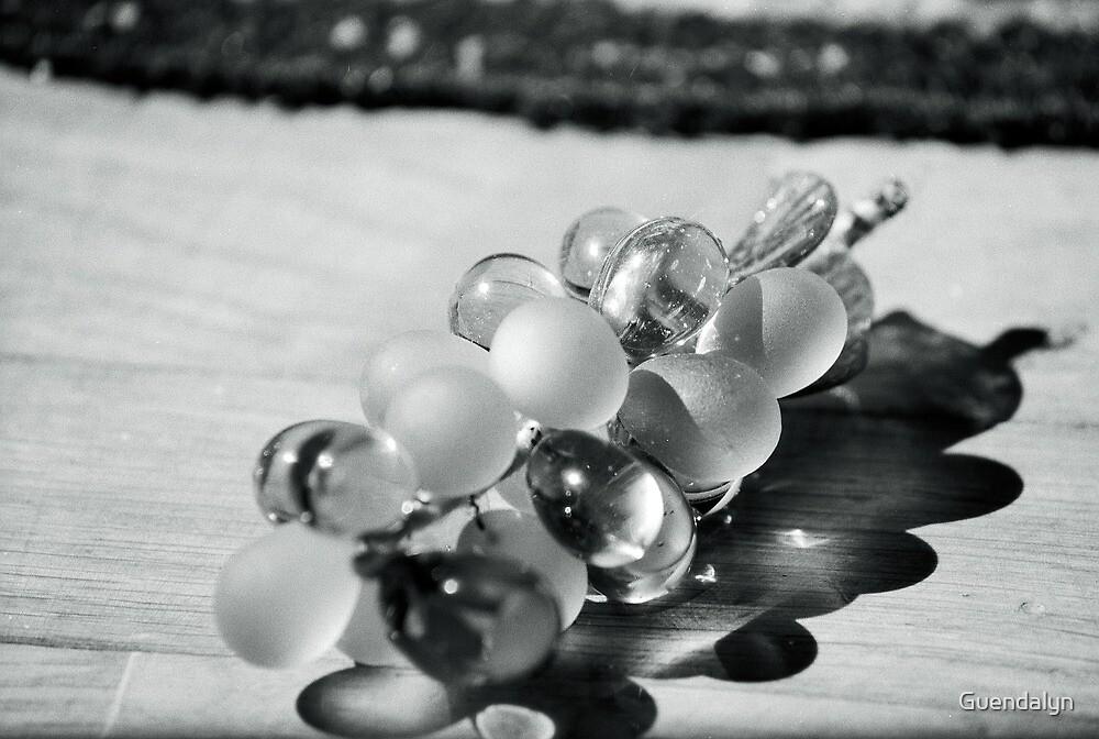 un grappolo d'uva, un'ombra .......una luce,la fortuna! by Guendalyn
