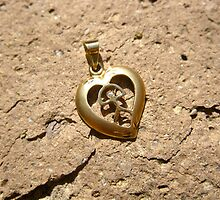 Gold Indalo heart pendant by Indalo