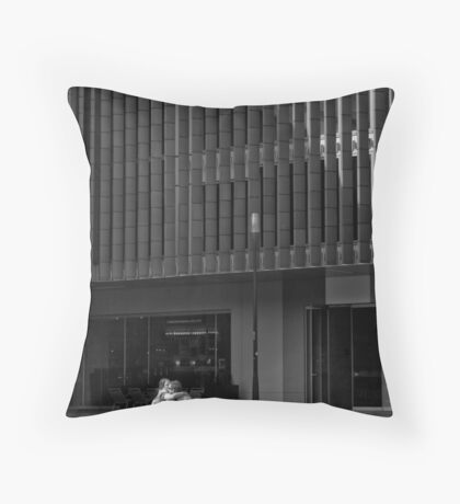 Les amoureux Throw Pillow