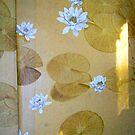 sonnenlicht auf tapetenblumen by emilys