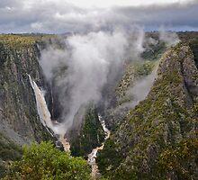 Wollomombi Falls. by Julie  White