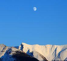 Moon over Rockies by zumi