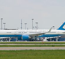 90003 Air Force Two Boeing VC-32A 757-2G4 Taxi KCLE by Henry Plumley