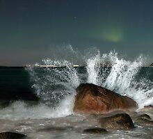 Aurora Borealis with a splash by Frank Olsen