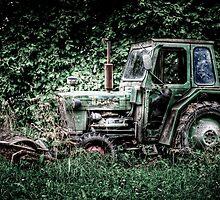 Abandoned Tracktor by Gert Lavsen