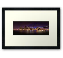 Manhattan z Brooklyn Bridge Park in New York Framed Print