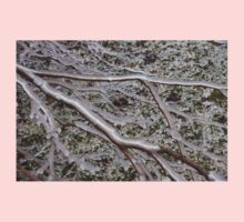 Niagara's Artistic Hand - Frozen Mist Sculpted on Grass and Branches Kids Tee