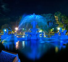 Fountain lit for Vivid Sydney by Erik Schlogl