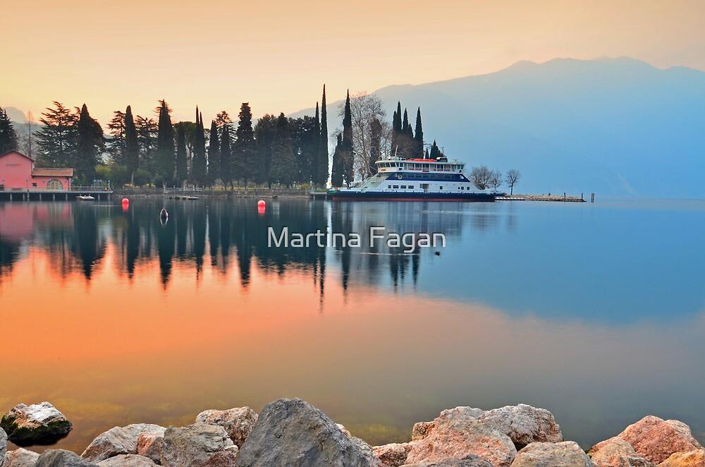 Traghetto in attesa sul Lago by Martina Fagan