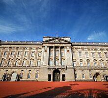 Through The Gates Of Buckingham Palace by Yhun Suarez
