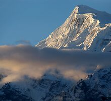 Cloud and Mountains way to Thorung Phedi by SerenaB