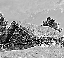 Stone hut on the way to La Maroma by mfoged