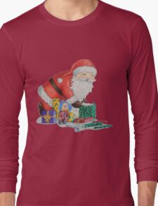 Cute santa and toys wrapping Christmas gifts Long Sleeve T-Shirt