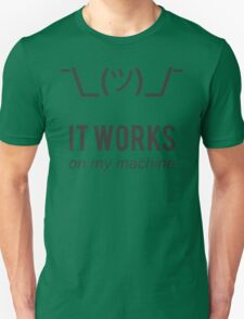 Shrug it works on my machine - Programmer Excuse Design T-Shirt