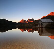 Reflections of Cradle Mountain by tinnieopener
