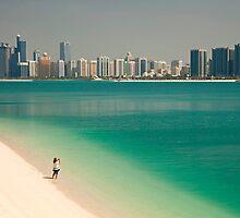beach and skyline of Abu Dhabi by reisefoto