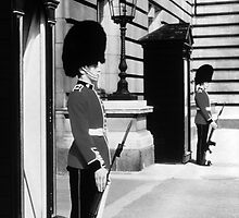 BW UK England London sentry at Buckingham palace 1970s by blackwhitephoto
