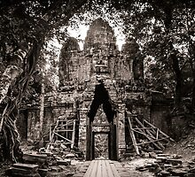 Angkor Thom West Gate by hangingpixels