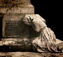 Le monument aux morts a Sauveterre de Béarn by Sheila Laurens