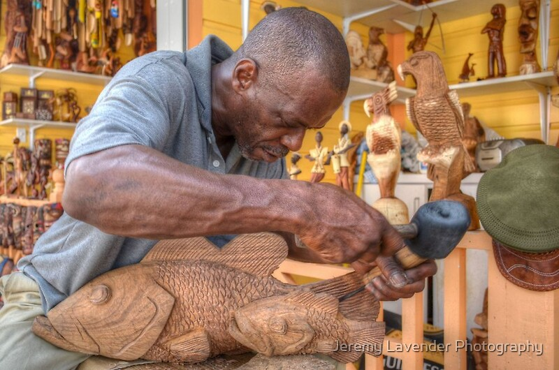 Quot bahamian sculptor carving the wood at straw market in