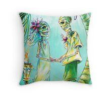 El Matrimonio de la Playa Throw Pillow