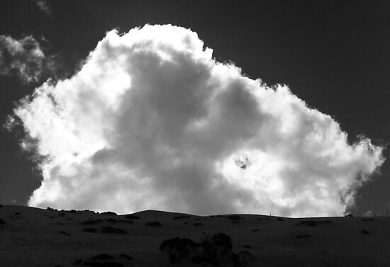 Looming cloud by geophotographic