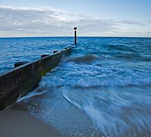 Crashing waves at Bournemouth beach by Ian Middleton