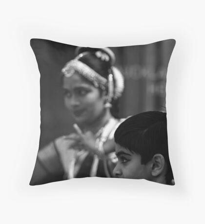 direct focus Throw Pillow