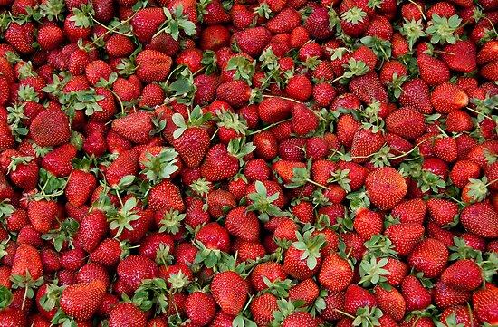 Ripe Strawberries by Kuzeytac
