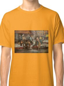 City - NY - Drinking water from a street pump 1910 Classic T-Shirt