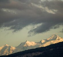 Moutain tops with snow by hpostant