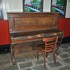 Old piano at Freshwater station by sarbi