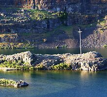 The cross at Coulee Lake by joiwatani