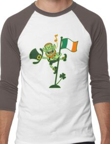 Green Leprechaun Singing on a Flag Pole Men's Baseball ¾ T-Shirt