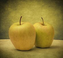 Apples by Taylan Soyturk