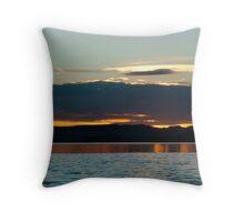 Sunrise reflexion- mar con reflejos Throw Pillow