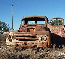 Old truck atop Kangaroo Hill – Lightning Ridge by DashTravels