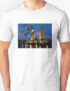 Aliens attack Tower Bridge London T-Shirt