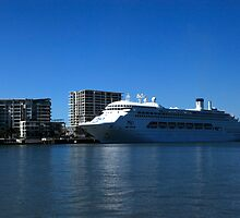 P & O Pacific Dawn - Brisbane River by Noel Elliot