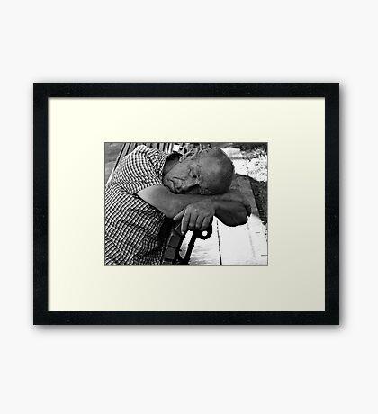 Una siesta Framed Print