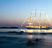 Beautiful  yacht in front of Little Venice-Mykonos by hayabusagr