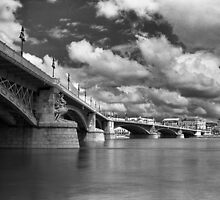 Margit híd by Rodney Johnson
