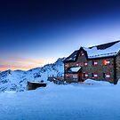 Duisburger Hütte 2572 m by Zoltán Duray