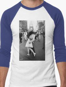 The kiss of sailor, Alfred Eisenstaedt, 1945, Men's Baseball ¾ T-Shirt