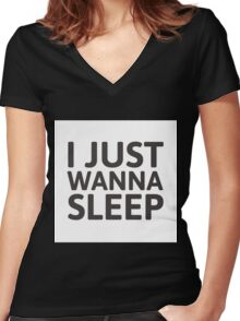 I just wanna sleep Women's Fitted V-Neck T-Shirt