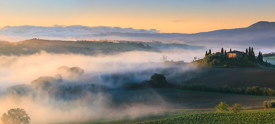 Podere Belvedere at sunrise, in the heart of the Tuscany. by Henk Meijer