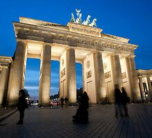 Night view of the Brandenberger gate by photoeverywhere