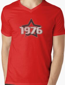 Vintage Look 1970's Funky Year Graphic 1976 Mens V-Neck T-Shirt